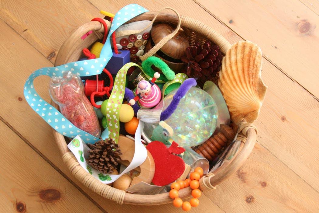 Il cestino dei tesori permette di soddisfare le esigenze esplorative dei bambini.