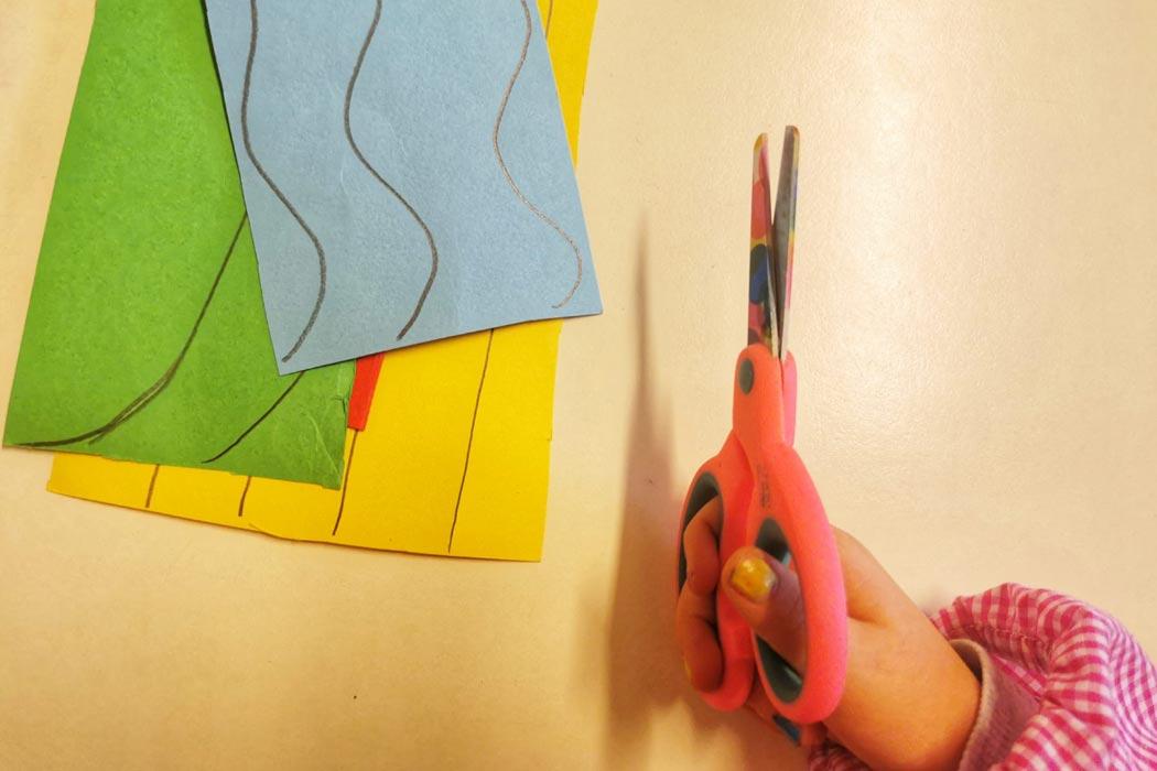 L'uso delle forbici è un'attività importantissima otre che affascinante per i bambini già a partire dai 2 anni di età.